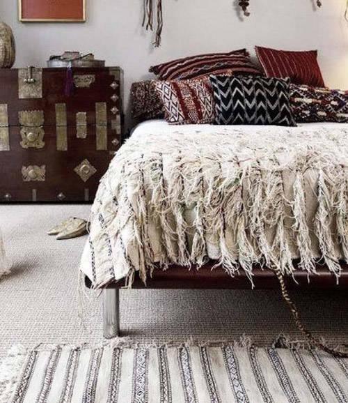 Alfombras Beni Ouarain en el suelo y la cama
