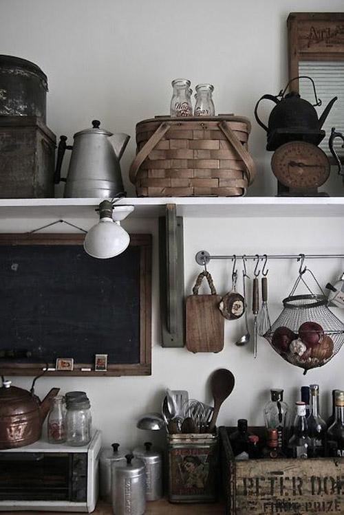 estantes a la vista para decorar la cocina
