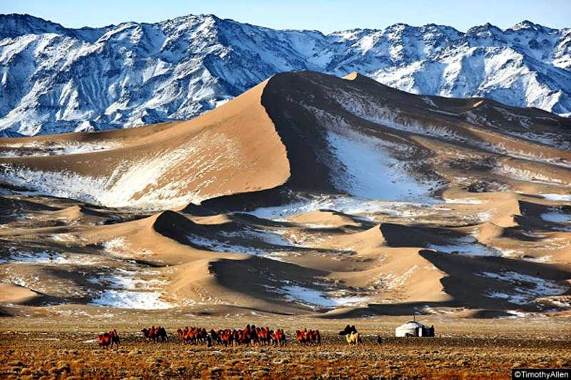 El desierto del Gobi con montañas nevadas