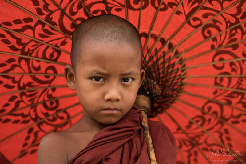Monje novicio budista y sombrilla, Mingun, Myanmar.