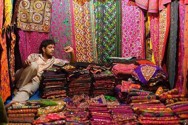 Tienda de saris en la ciudad de Jaipur
