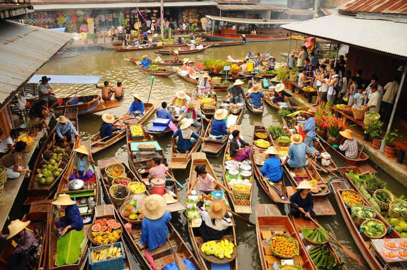 Turistas en el mercado flotante de Damnoen Saduk
