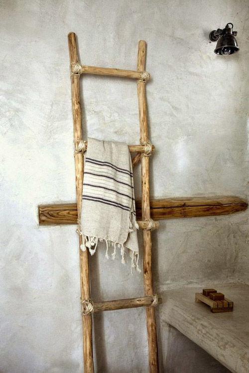 Escaleras de mano altas en la decoración de los baños