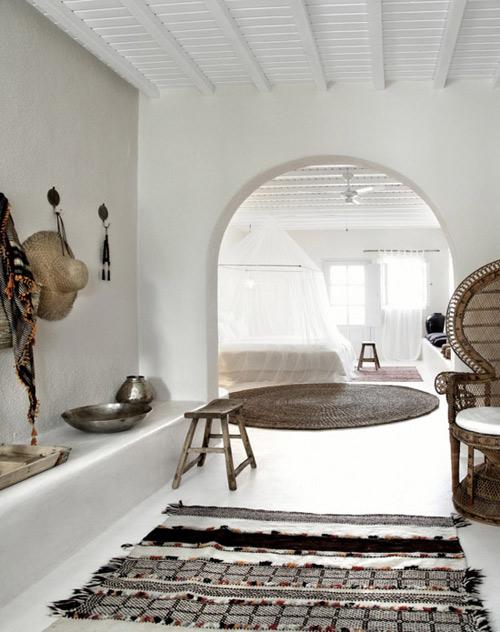 Un espacio decorado con una alfombra étnica