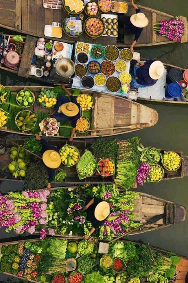 Mujeres en el mercado flotante de Damnoen Saduk