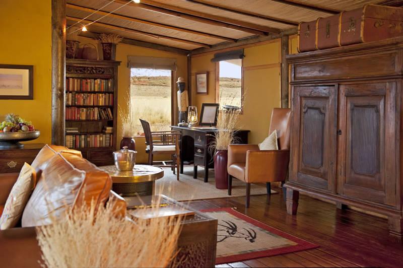 Habitación con muebles africanos de madera oscura