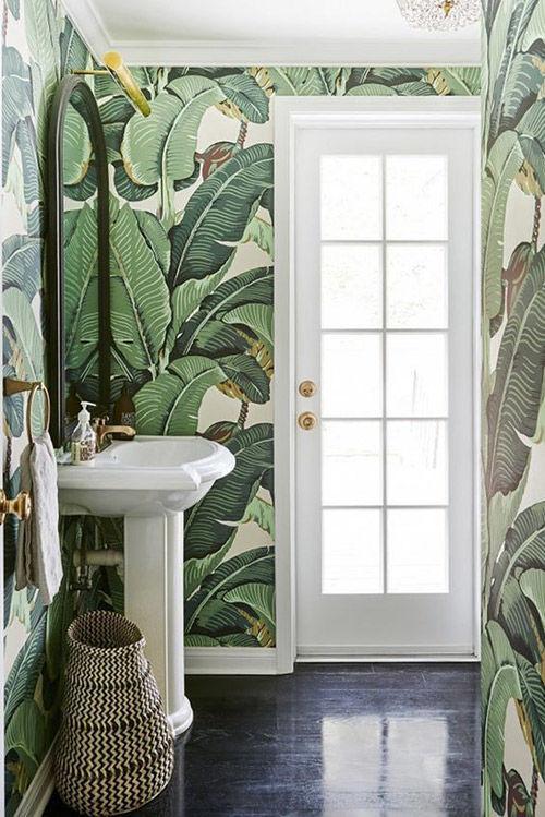Pared de baño con papel pintado de motivo tropical