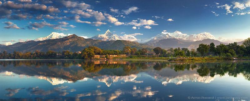 El lago Phewa y sus reflejos
