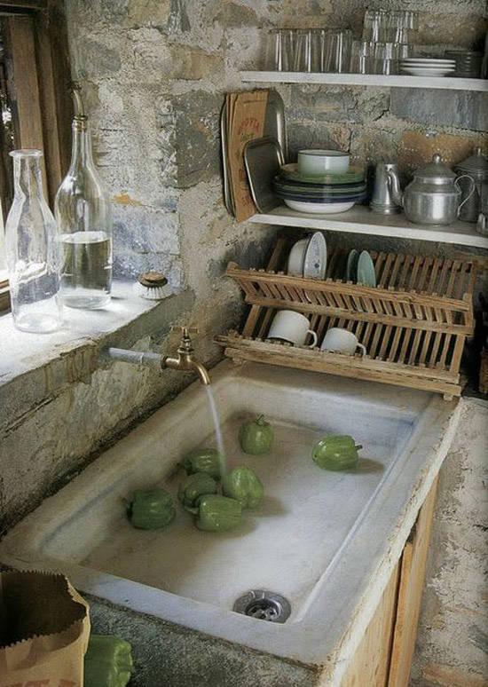 Pared de piedra en una cocina rústica