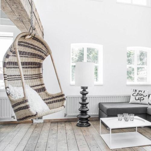 silla colgante de mimbre en la decoración