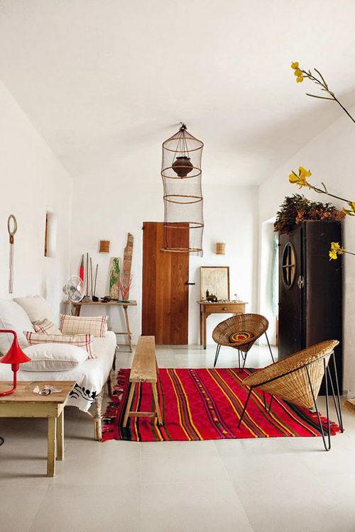 Casa decorada con sillas de rattán