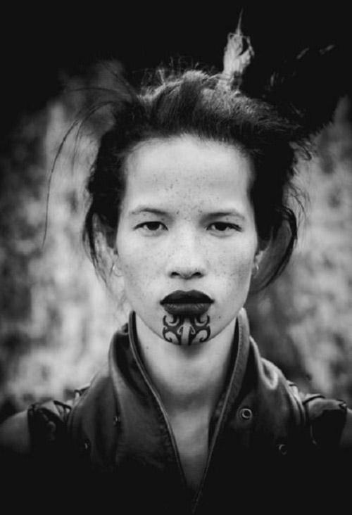 Tatuaje tribal maori en una mujer