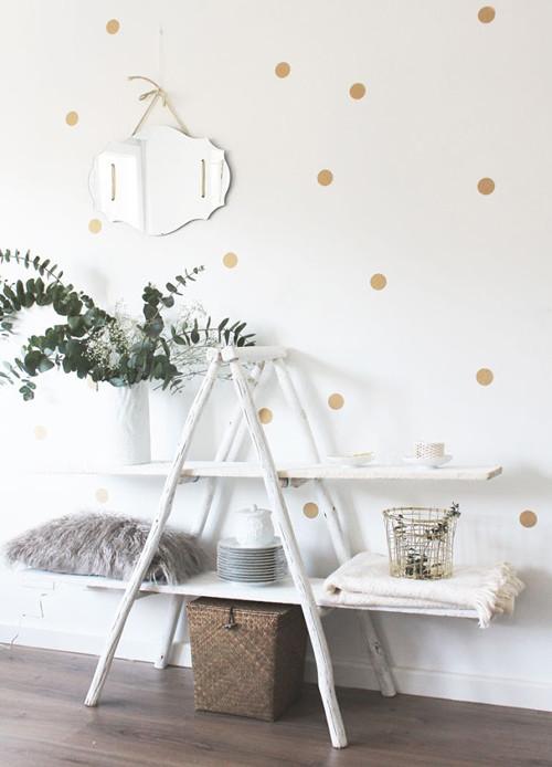 Escalera baja o plegable en la decoración del salón