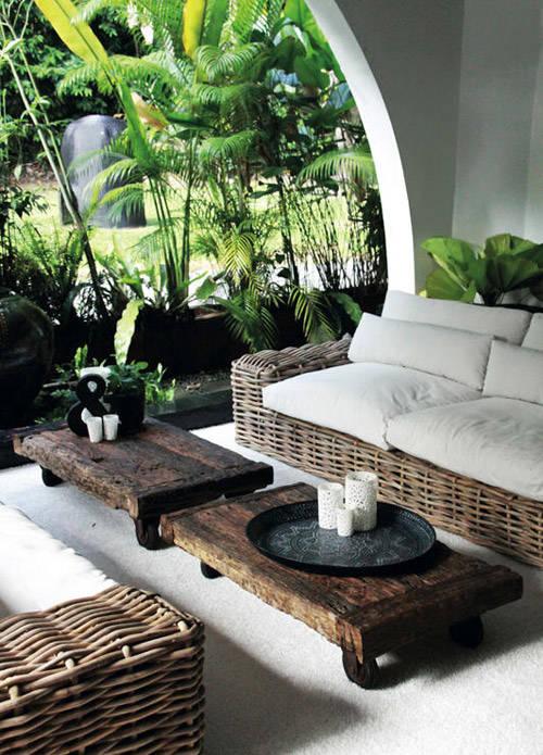 Una terraza con muebles sintéticos de rattán