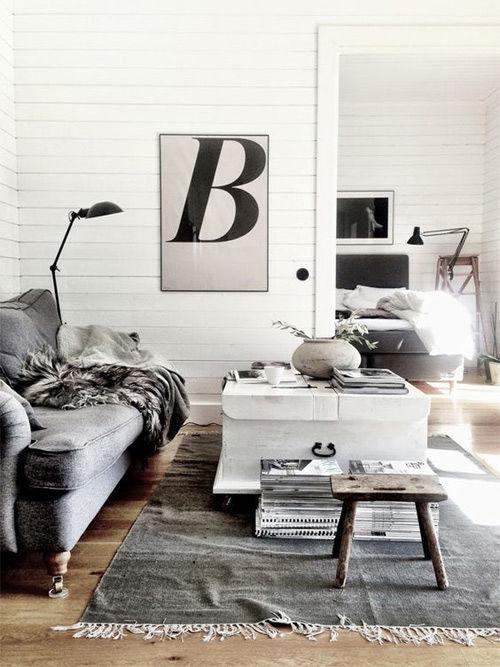 Casa escandinava con alfombra de color gris