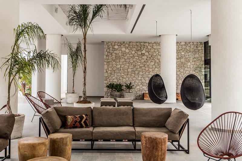 Sillas colgantes en Casa Cook Rodas: Un hotel para espíritus bohemios