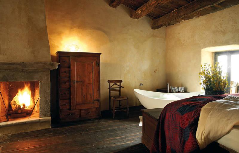 Bañera antigua en un maravilloso hotel rústico