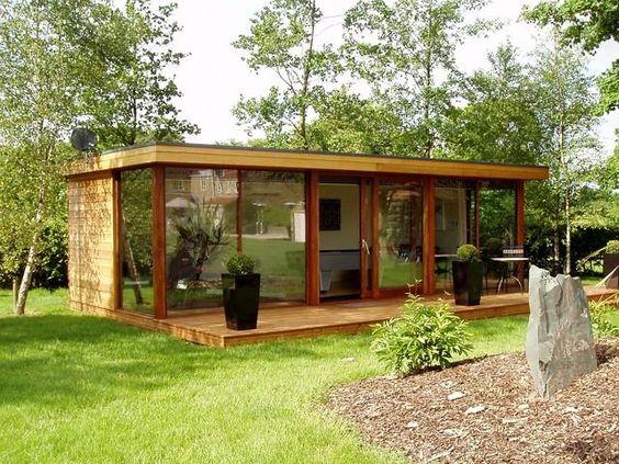 cabaña de madera en el jardín de casa