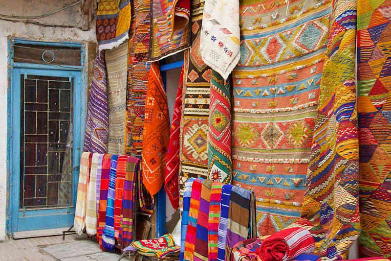 Alfombras y kilims marroquíes en la ciudad de Essaouira