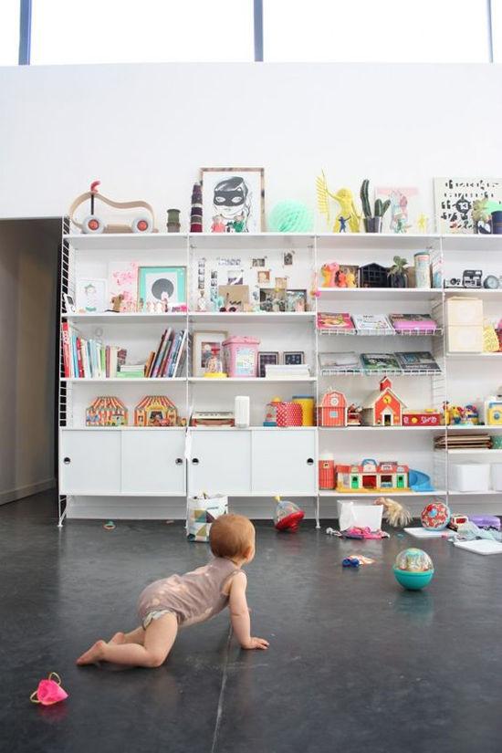 Un aestantería String en una habitación infantil