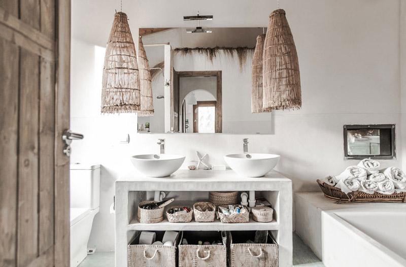 cestas y lamparas de mimbre en la decoración de un baño