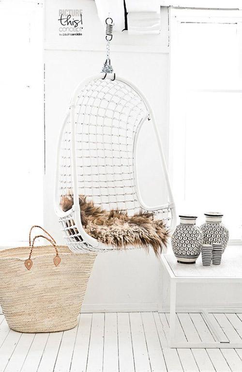 blanco, madera y silla colgante de mimbre
