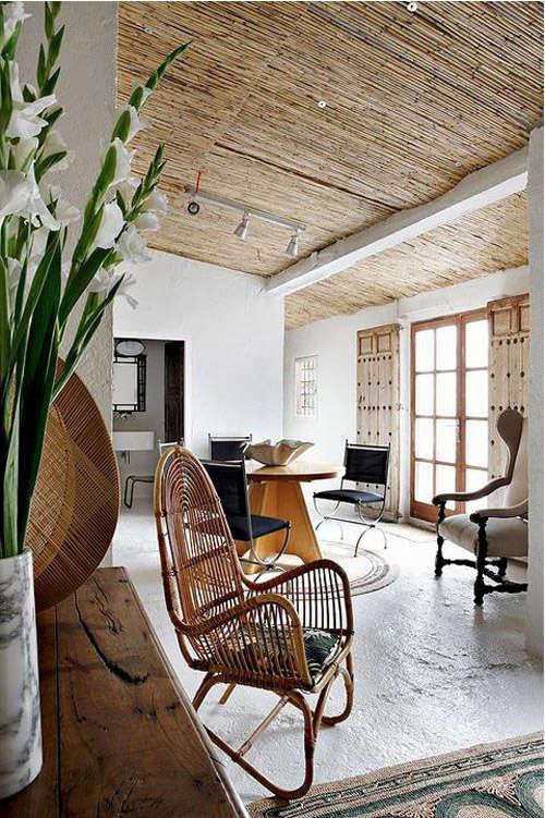 Muebles de rattán en una finca