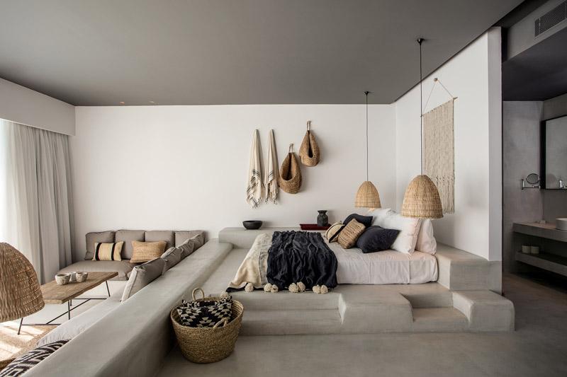 Decoración con cestas de mimbre en Casa Cook Rodas: Un hotel para espíritus bohemios