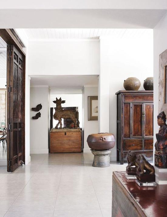 Una casa con objetos africanos