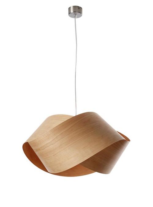 lámpara de techo realizada con láminas de madera