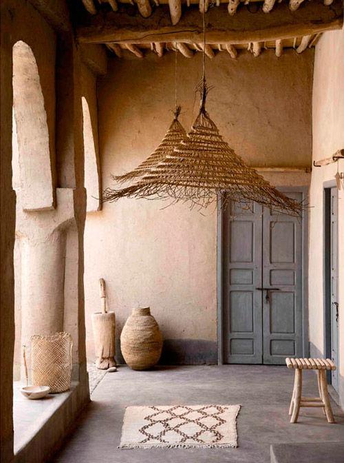 lampara colgante hecha de hojas de palmera