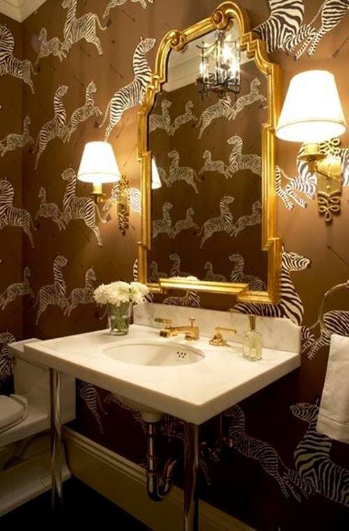 Pared del baño con papel pintado vintage