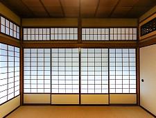 Puerta corredera traslucida en una casa tradicional japonesa