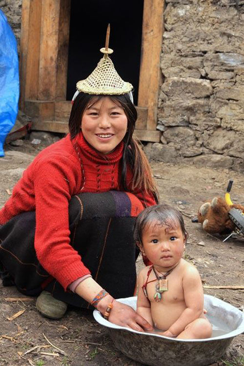 Madre con su hija en Butan