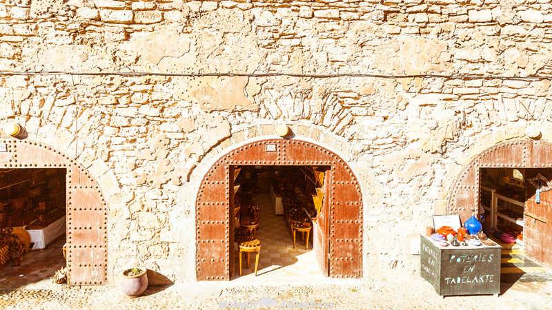 Artesanos debajo de las murallas de la vieja ciudad de Essaouira