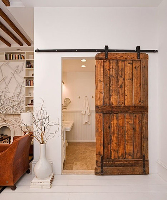Puerta de madera hecha con palets