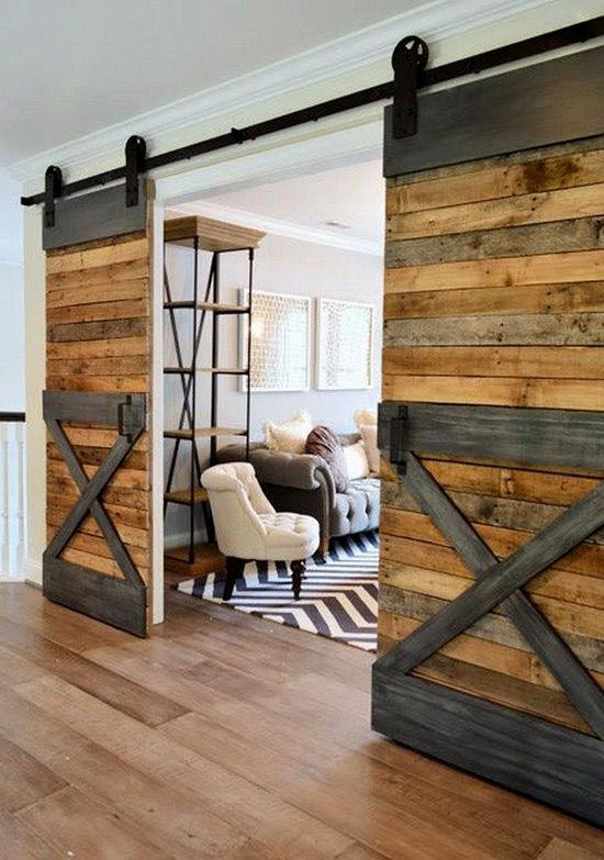 Puerta hecha con tablones de palets