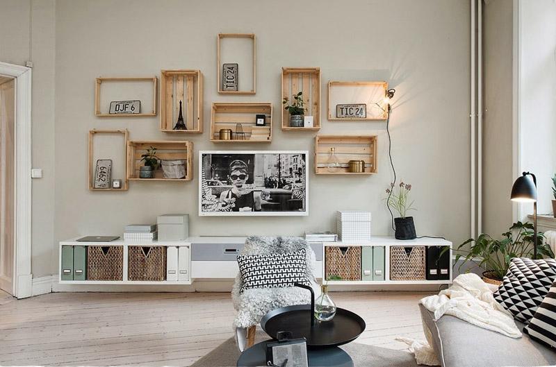 Pared con estantes de cajas de madera