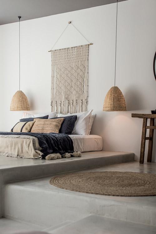 Cabecero de cama original en Casa Cook Rodas: Un hotel para espíritus bohemios