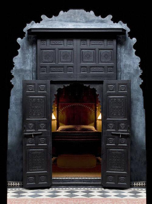 Puerta de madera tallada en un Riad