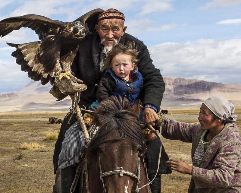 Cazador con aguila en el desierto del Gobi