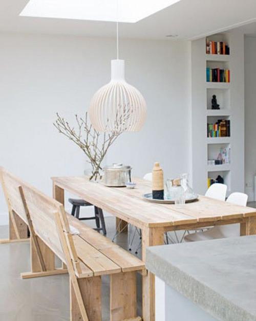 Interior decorado con una lámpara de madera