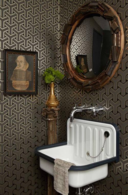 pared del cuarto de baño con un papel pintado vinilico de estilo vintage