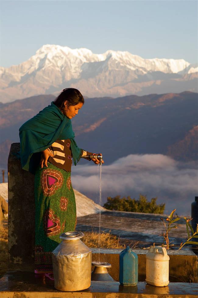Mujer nepalí con el Annapurna al fondo