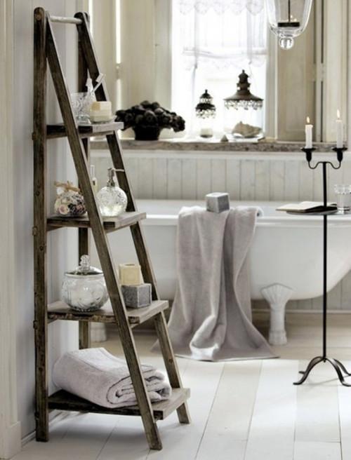 Escalera decorativa como estantería en el baño