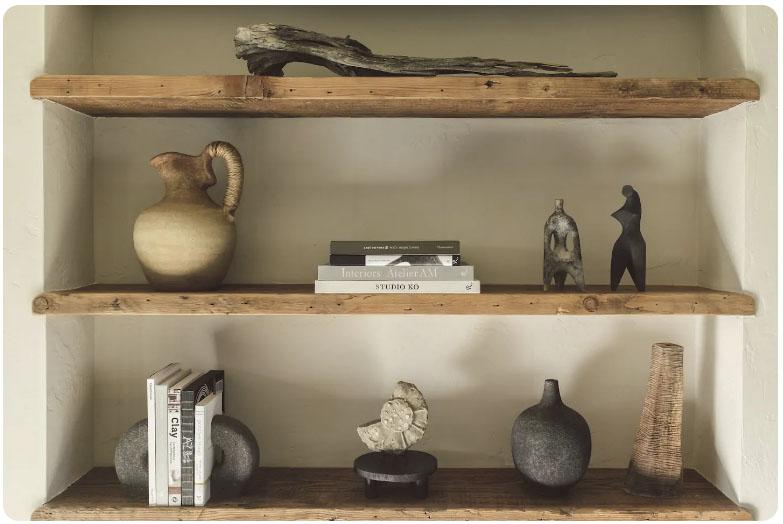 objetos decorativos de madera y cerámica