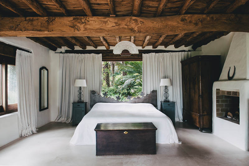 muebles de madera antiguos en el dormitorio de una casa de playa