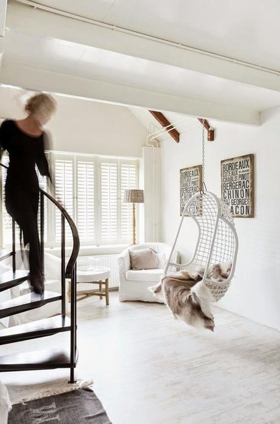 Silla colgante en un salón de estilo nórdico