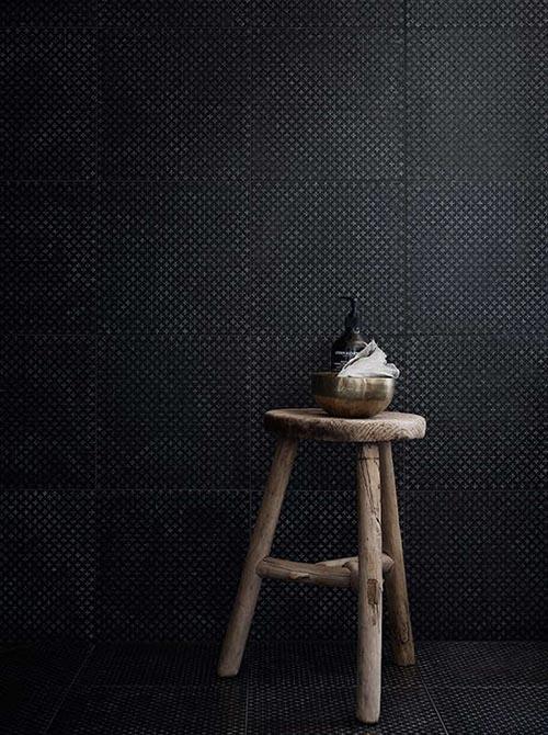 Muebles y accesorios de madera para decorar el cuarto de baño