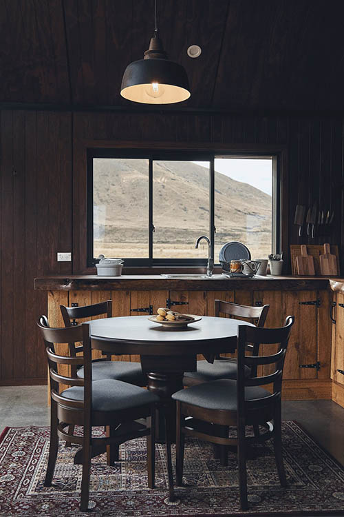 Alfombra persa en una cabaña de madera